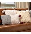 Descubra a nossa vasta coleção de almofadas, desde lisas a padrão que também poderá combinar com as suas cortinas e cortinados em qualquer divisão da sua casa: salas, quartos e exterior.